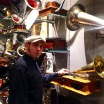 Jalal Aro devant ces phonographes